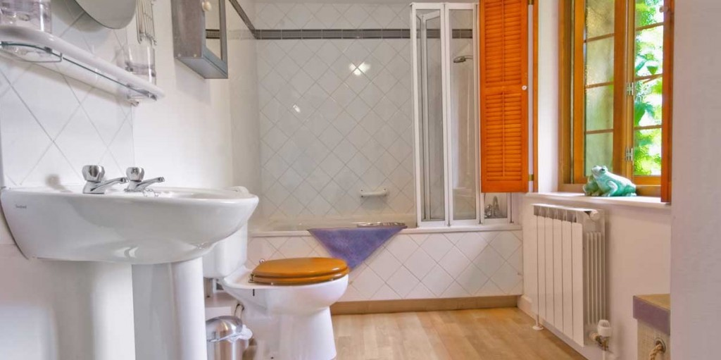 La Pointe Farm - Guernsey Self Catering - Portelet Apartment Bathroom