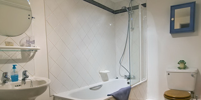 La Pointe Farm - Guernsey Self Catering - Rocquaine Apartment - Bathroom