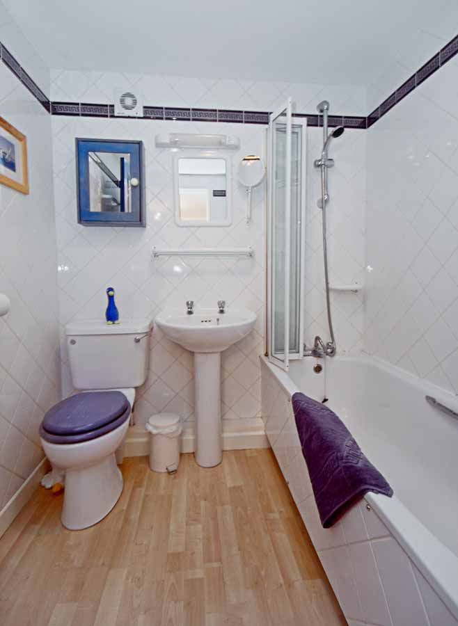 La Pointe Farm - Guernsey Self Catering - Perelle Apartment - Bathroom