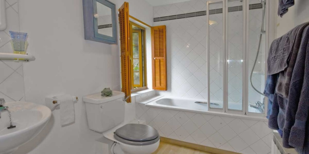 La Pointe Farm - Guernsey Self Catering - Leree Apartment - Bathroom